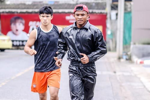Mặc áo mưa chạy bộ để ép cân